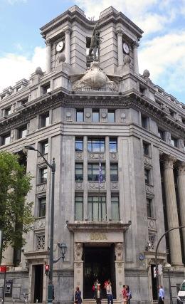 Escultura de Hermes en la esquina chaflán de la segunda sede del Banco de Bilbao. Foto de Karen Amaia.