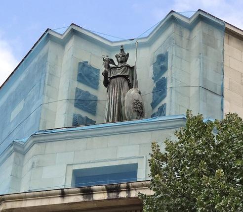 Escultura de Atenea en la cornisa-chaflán del Banco Hispano Americano. Foto de Karen Amaia.
