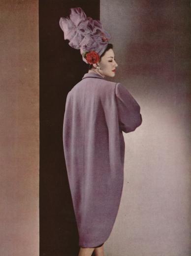Abrigo de la colección otoño-invierno de 1947. Fotografía de Philippe Pottier para L'Officiel.
