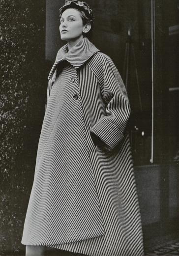 Abrigo de la colección otoño-invierno de 1950. Fotografía de Philippe Pottier para L'Officiel.