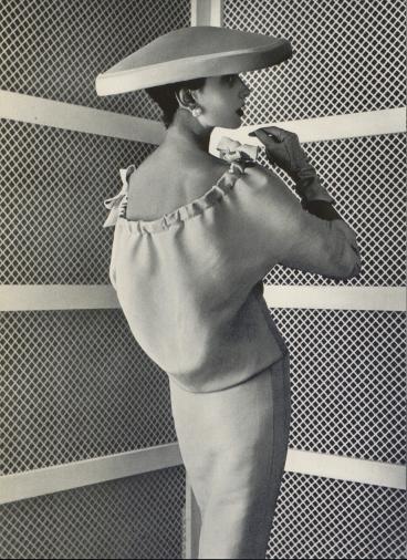 Vestido de día (1955). Fotografía de Philippe Pottier para L'Officiel.