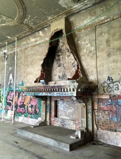 Estado actual de la chimenea del salón de fiestas y diversos puntos de la techumbre con inscripciones franquistas.