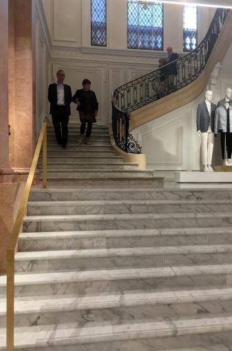 Al fondo, escaleras originales, en primer término, nuevas escaleras.