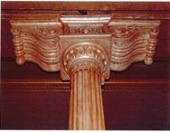 Ménsulas falsas de escayola que ocultan los capiteles originales de las columnas y detalle que lo evidencia.