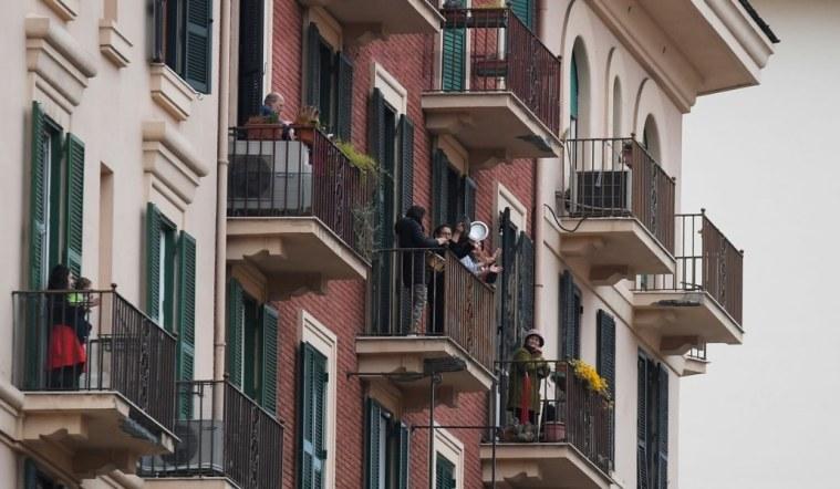balcones y gente festiva