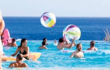 Publicidad hotelera en el sur de Tenerife. Esta imagen hace que la piscina resulte más atractiva que el mismo mar.